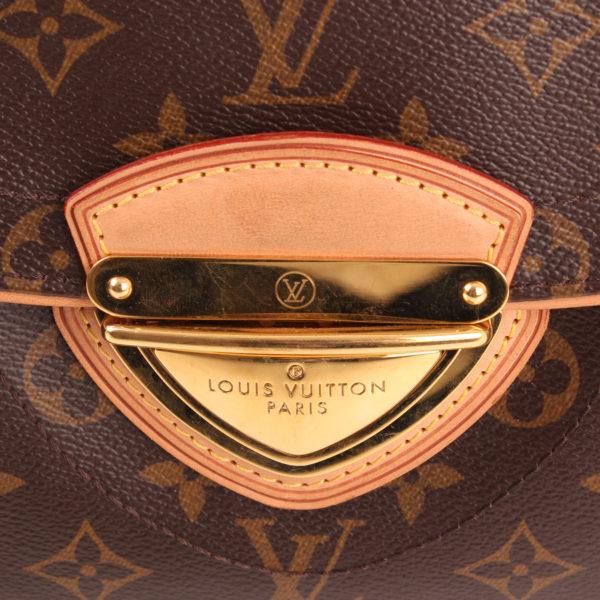 Imagen del cierre del bolso al hombro louis vuitton beverly mm monograma