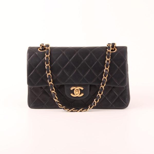 Imagen frontal con cadena en oro del bolso Chanel Classic Double Flap Bag
