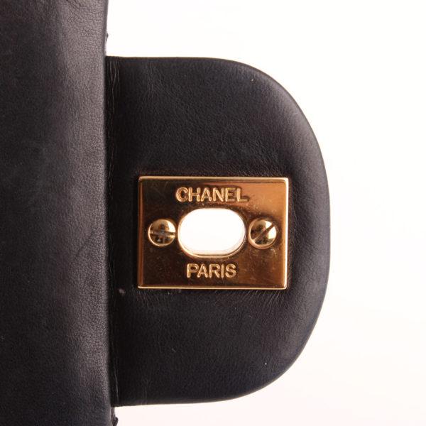 Imagen del interior del cierre del bolso Chanel Classic Double Flap Bag azul.