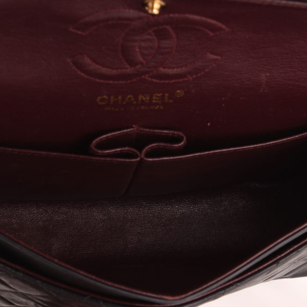 Imagen del interior burdeos del bolso Chanel Classic Double Flag Bag.