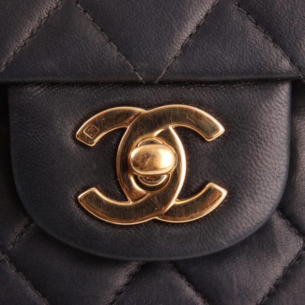 Imagen del cierre CC del bolso Chanel Classic Double Flap Bag.