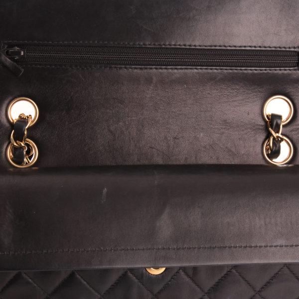 Imagen del de la solapa del bolso Chanel Classic Double Flap Bag en piel acolchada.