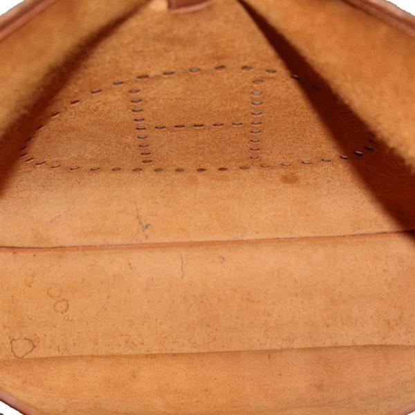Imagen del forro en suede del bolso hermès evelyne togo gold