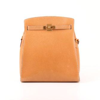 Imagen frontal del bolso hermès kelly sport togo beige herrajes oro