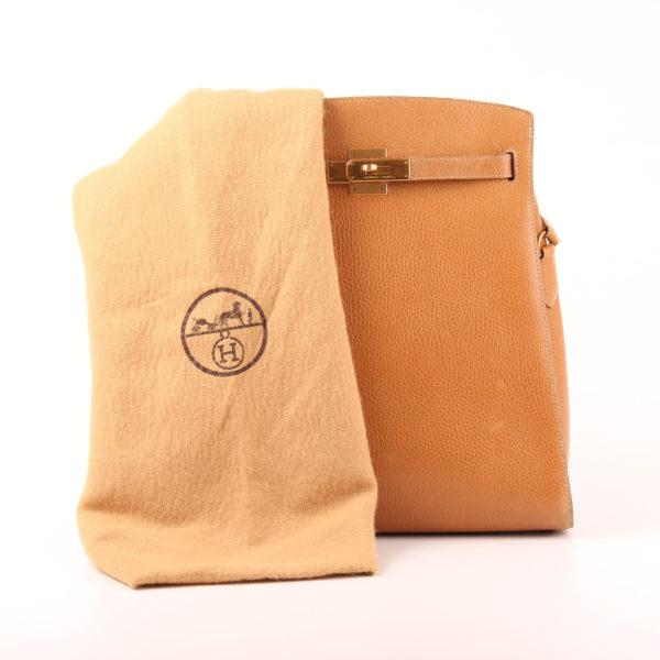 Imagen del bolso hermès kelly sport togo beige herrajes oro con funda guardapolvo