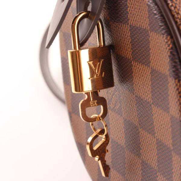 Imagen del candado y llave del bolso louis vuitton papillon damero ébano marrón