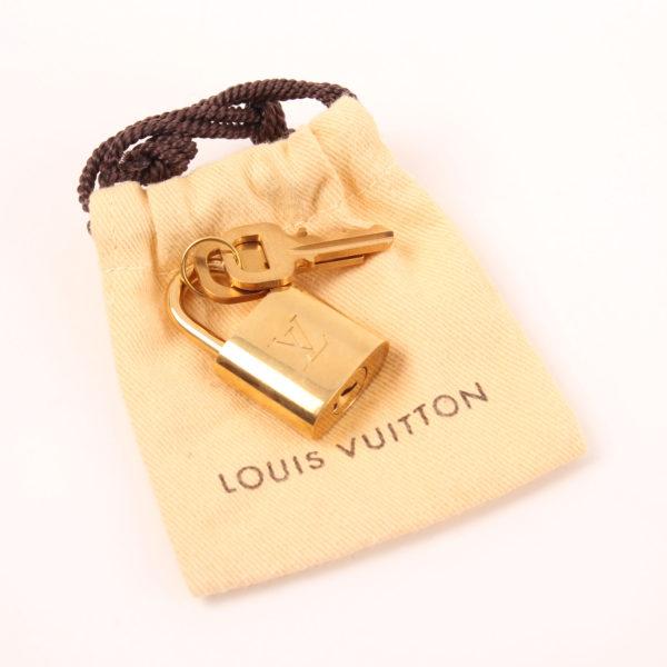 Imagen de las llaves y candado del bolso louis vuitton speedy 30 monogram bandolera piel natural