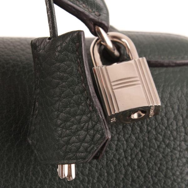 Imagen de la clochette y candado de la mochila hermès kelly sac à dos togo verde palladium