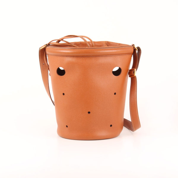 Imagen frontal del bolso Hermès bucket bag courchevel gold
