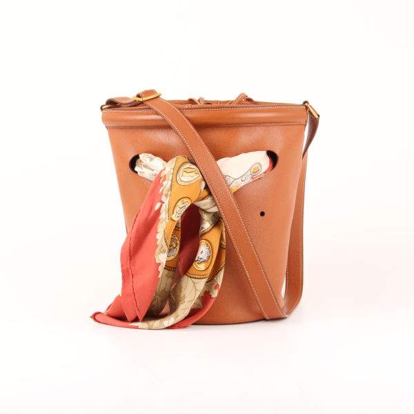 Imagen frontal con pañuelo del bolso Hermès bucket bag courchevel gold