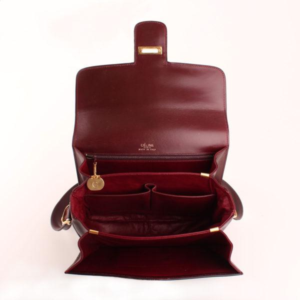 Imagen de los compartimentos del bolso céline vintage calèche burdeos herrajes en oro