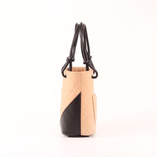 Imagen del lado 2 del bolso chanel cambon tote small beig negro