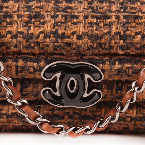 Imagen del cierre y la cadena del bolso chanel furry tweed wallet clutch pelo conejo