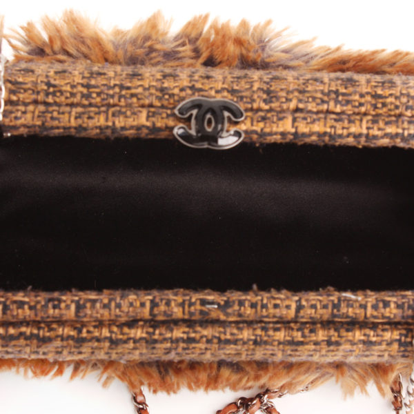 Imagen del forro de raso del bolso chanel furry tweed wallet clutch pelo conejo