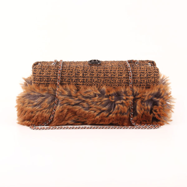 Imagen frontal con cadena del bolso chanel furry tweed wallet clutch pelo conejo
