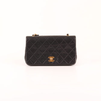 Imagen frontal del bolso Chanel Timeless Vintage Flap Bag en piel de cordero negra.