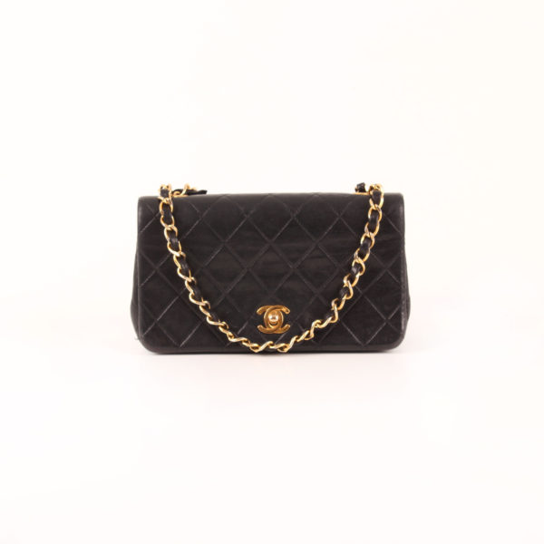 Imagen frontal del bolso Chanel Vintage TImeless Flap Bag con cadena larga dorada.