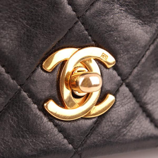 Imagen del cierre CC del bolso chanel vintage timeless flap bag
