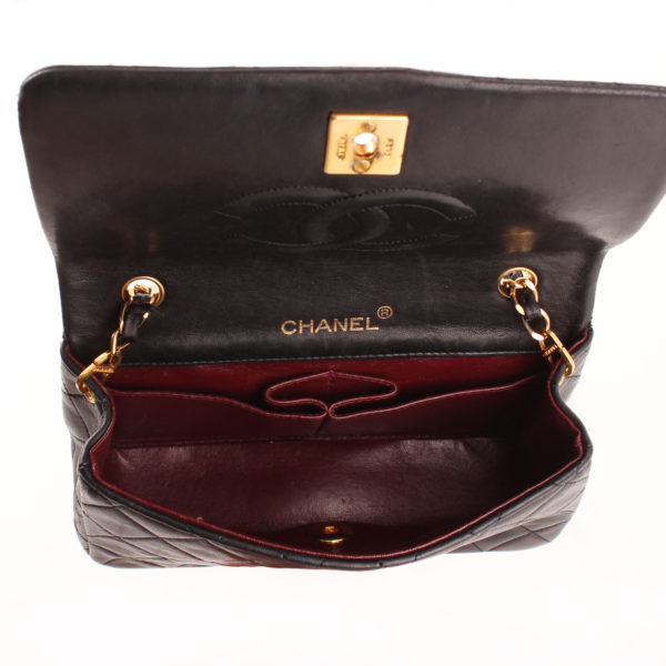 Imagen del interior del bolso chanel vintage timeless flap bag interior burdeos
