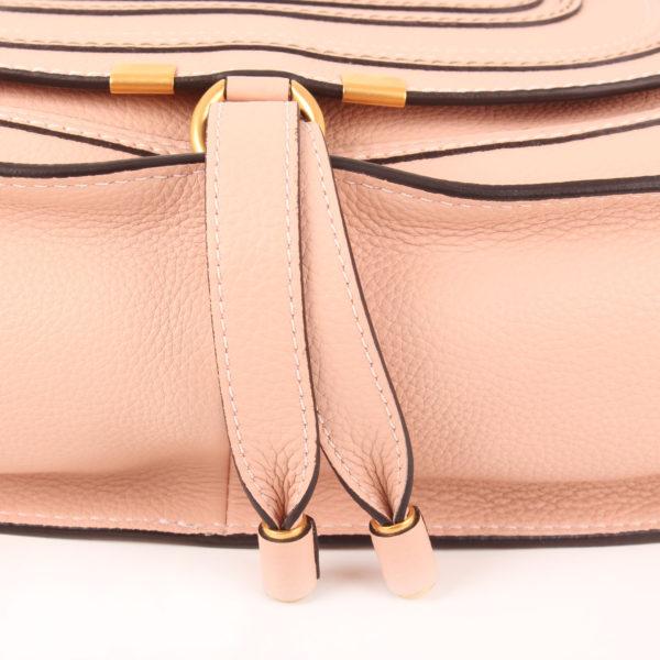 Imagen del cierre del bolso chloé marcie medium rosa