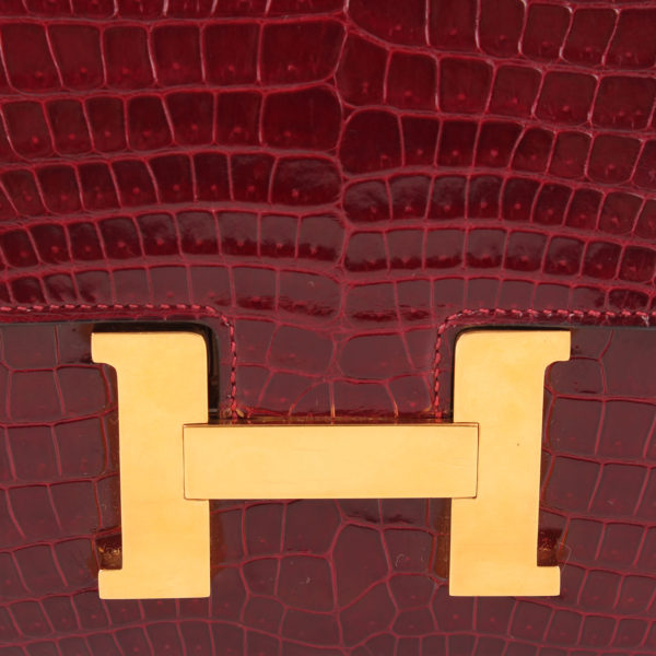 Imagen del cierre en H del bolso hermès constance mm 23 de cocodrilo
