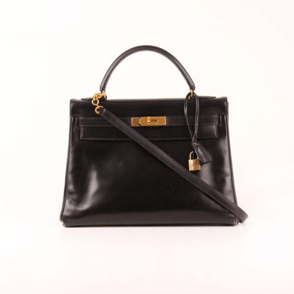 Imagen frontal con bandolera del bolso Hermès Kelly 32 box calf negro