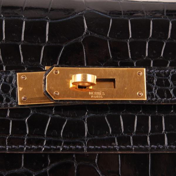 Imagen del cierre del bolso hermès kelly 35 croco en azul oscuro
