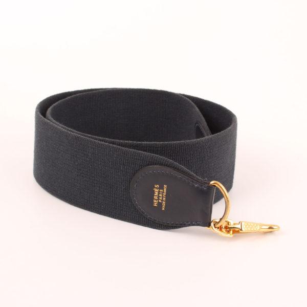 Imagen de la bandolera de lona del bolso hermès kelly 35 en piel de cocodrilo azul