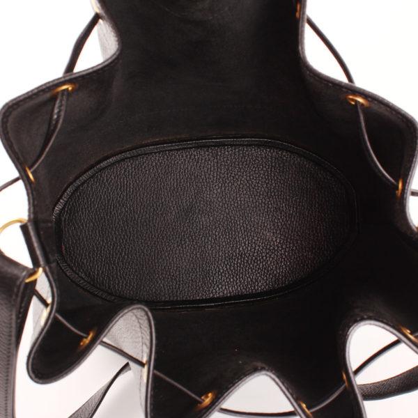 Imagen del interior del bolso hermès market bucket bag negro
