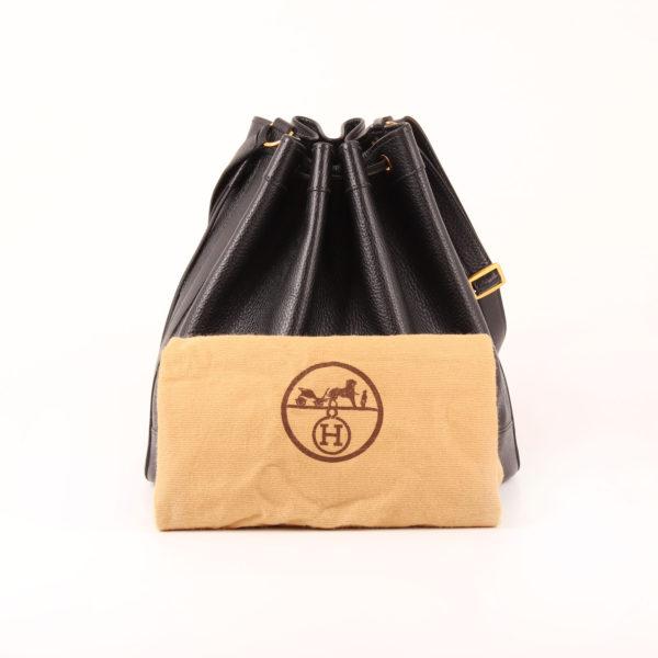 Imagen del bolso hermès market bucket bag togo negro con funda guardapolvo