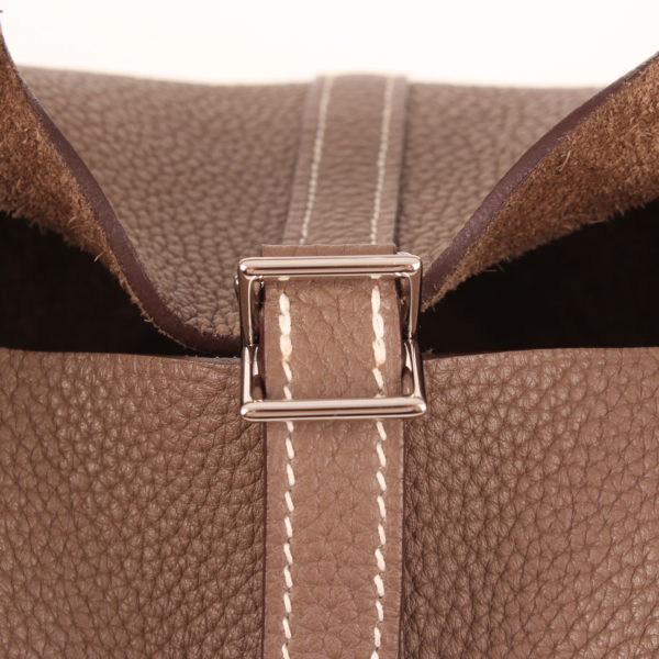 Imagen del cierre del bolso hermès picotin mm lock clémence taupe