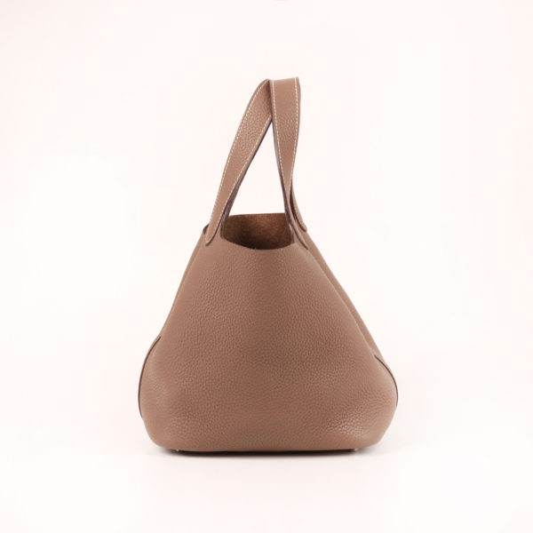 Imagen frontal del bolso hermès picotin mm lock clémence taupe