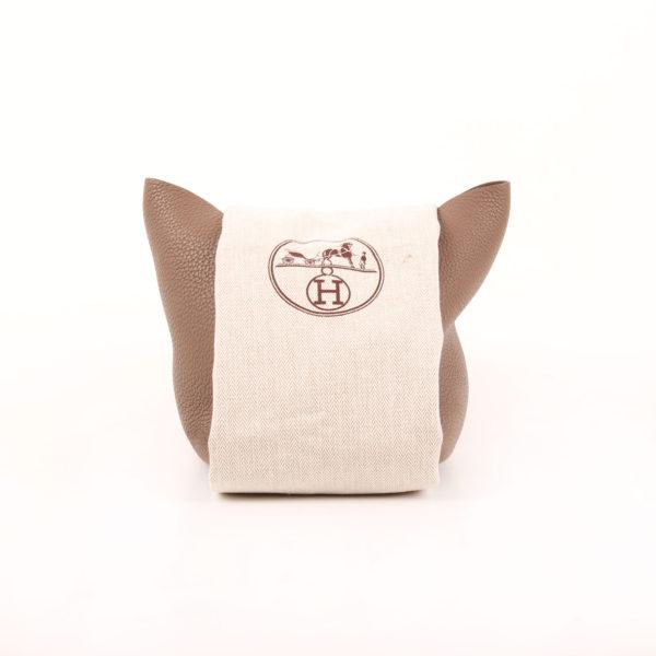 Imagen frontal del bolso hermès picotin mm lock taupe palladium con funda guardapolvo