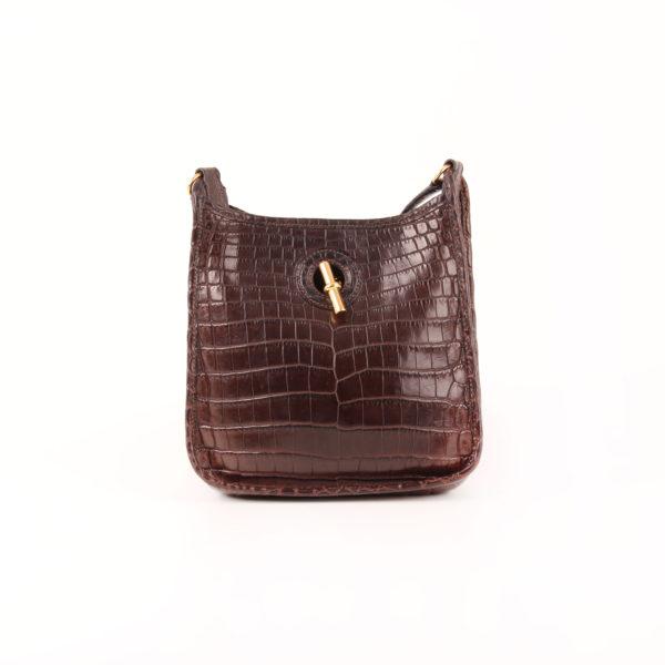 Imagen frontal del bolso hermès vespa mini cocodrilo mate nilo marrón