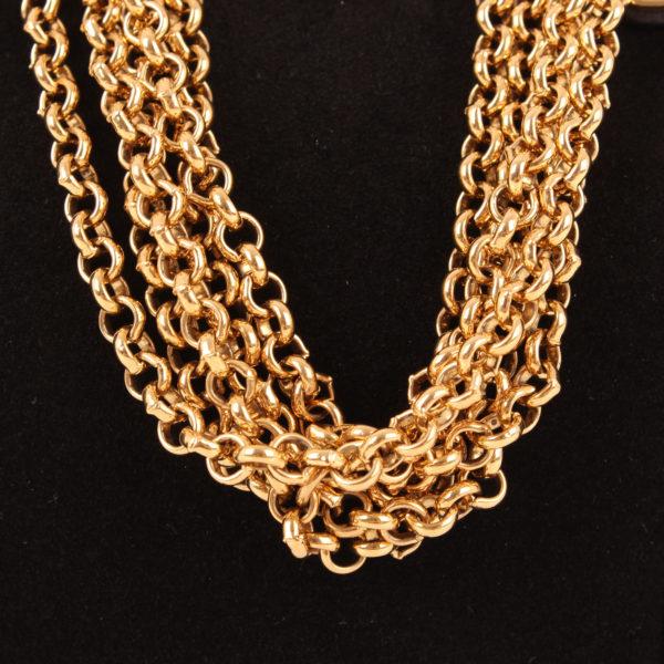 Imagen de la cadena en oro del bolso loewe amazona 28 edición especial suede negro
