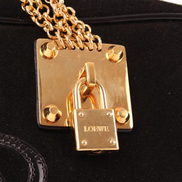 Imagen del candado del bolso loewe amazona 28 edición especial suede negro cadena oro