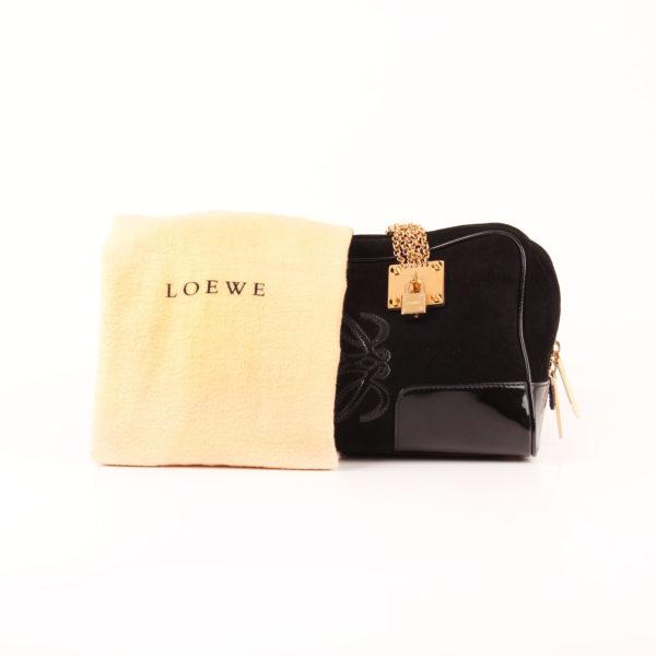 Imagen del bolso loewe amazona 28 edición especial suede negro cadena oro funda guardapolvo
