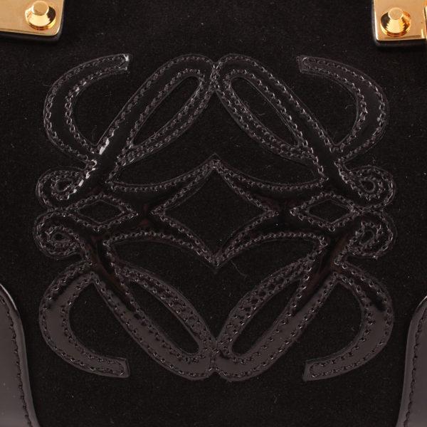 Imagen del logo del bolso loewe amazona 28 edición especial suede negro cadena oro