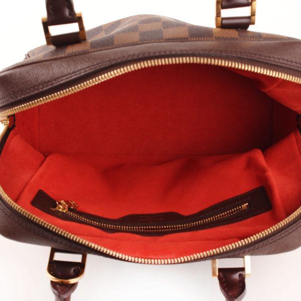 Imagen del forro rojo del bolso louis vuitton brera damier ébène marrón