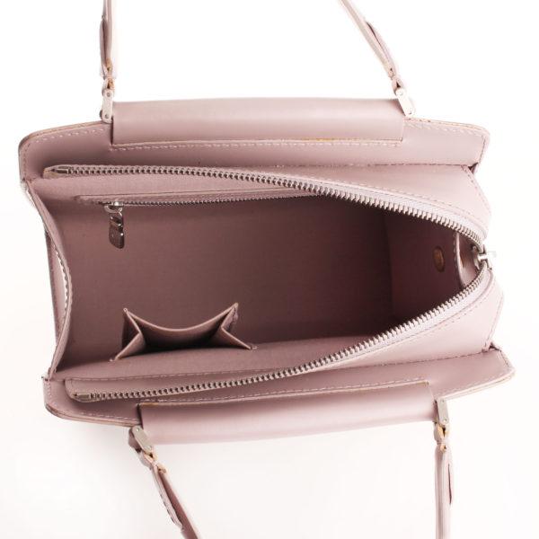 Imagen del interior del bolso louis vuitton figari pm epi gris