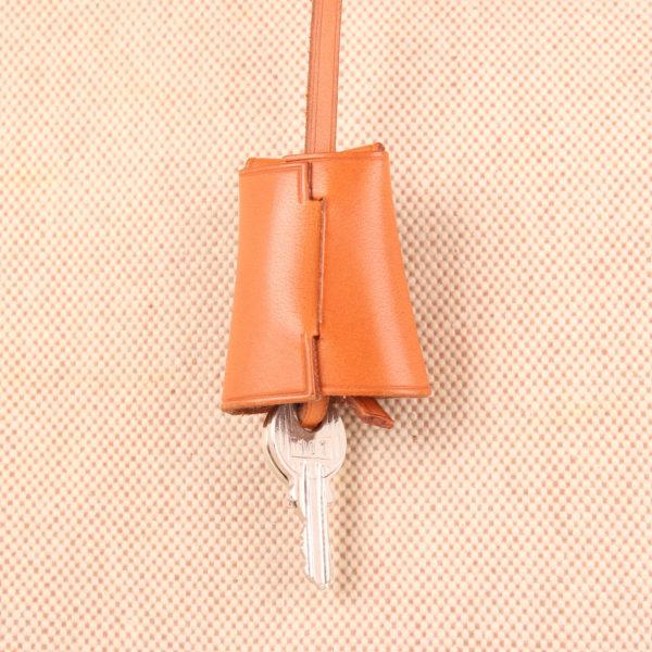 Imagen de la clochette de la bolsa de viaje bolso hermès herbag lona cruda piel natural