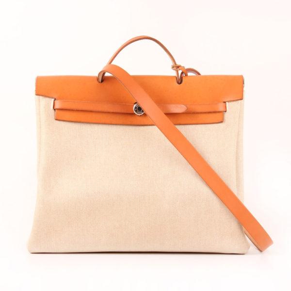 Imagen con bandolera de la bolsa de viaje convertible hermès herbag lona cruda piel natural