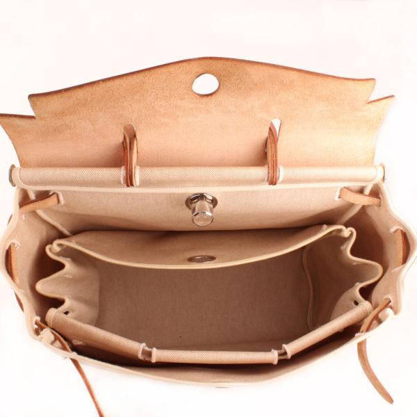 Imagen de dentro de la bolsa de viaje convertible hermès herbag lona cruda piel natural