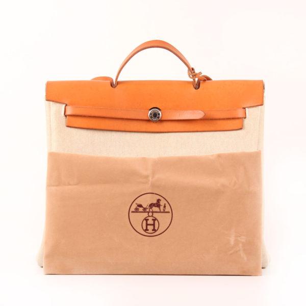Imagen de la bolsa de viaje convertible hermès herbag lona cruda piel natural con funda guardapolvo