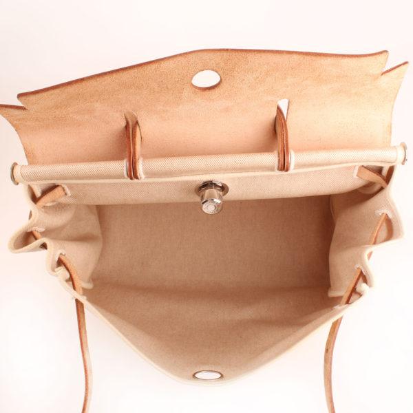 Imagen interior de la bolsa de viaje convertible hermès herbag lona cruda piel natural