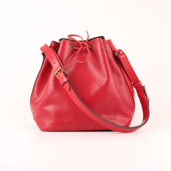 Imagen del bolso con bandolera delante louis vuitton noé épi petit rojo