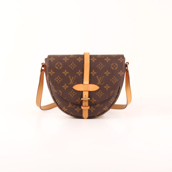 Imagen frontal del bolso bandolera louis vuitton chantilly monogram