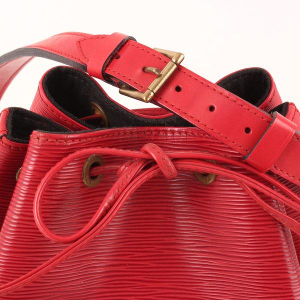 Imagen del lazo del bolso bandolera louis vuitton noé épi petit rojo