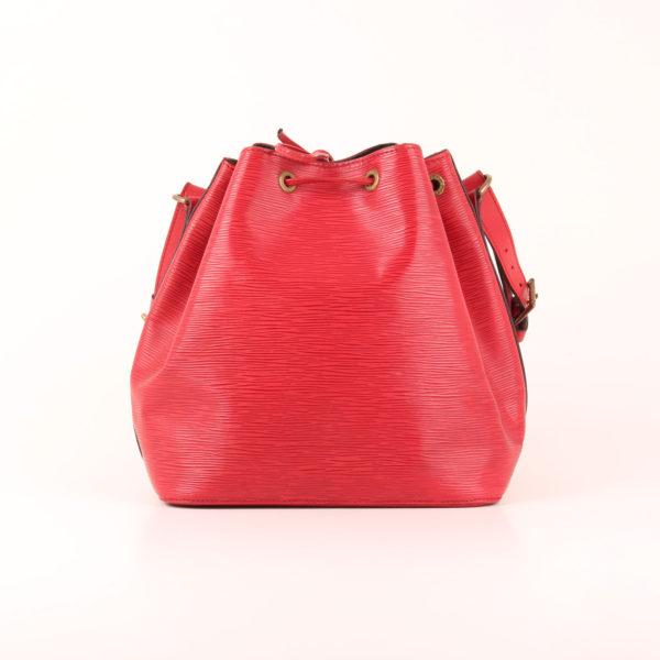 Imagen trasera del bolso bandolera louis vuitton noé épi petit rojo