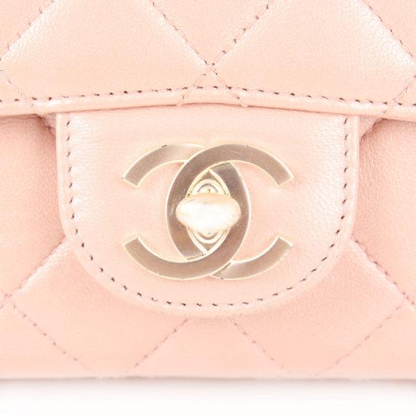 Foto del cierre CC magnético del bolso Chanel Classic Flap Bag en piel nacarada.